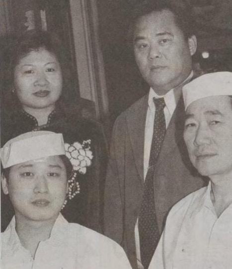 Een foto uit de krant van vroeger in het oude Nian Hao gebouw aan de Wijngaardstraat in Goes samen met de eigenaars en Chinese koks.